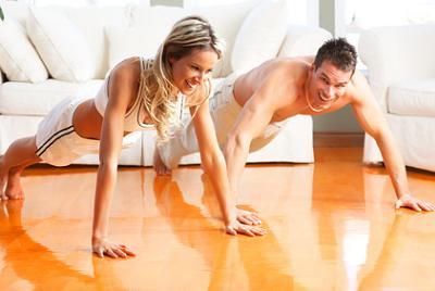 Estos tipos de flexiones permiten fortalecer triceps, pectorales y espalda alta.